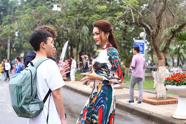 Ngọc Nữ thân thiện trò chuyện cùng các bạn sinh viên.