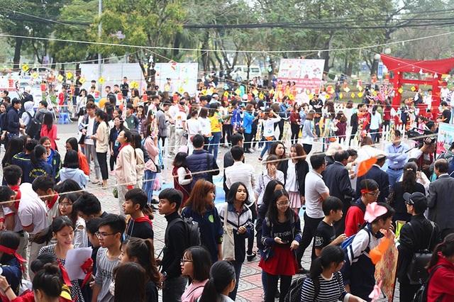 Sân trường Học viện Nông nghiệp trở nên đông đúc, sôi động bởi sự có mặt của hàng trăm sinh viên yêu thích văn hóa Nhật Bản