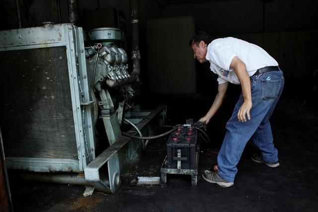 Một nhân viên bệnh viện Padre Justo chạy máy phát điện khi bang Rubio cắt điện luân phiên. Cô Maybelin Mendoza cho biết cùng với tình trạng siêu lạm phát, cuộc khủng hoảng năng lượng đã khiến các hoạt động kinh doanh, giao dịch tại đây bị đình trệ.