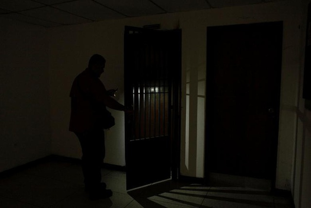 Các nhà chức trách Venezuela thừa nhận tình trạng thiếu điện sẽ tiếp tục kéo dài ít nhất 2 tuần nữa, nhưng không trả lời khi được hỏi rằng liệu cuộc khủng hoảng năng lượng có lan sang các bang khác hay không. Theo Bộ trưởng Năng lượng Luis Motta, đập Fabricio Ojeda, ở bang Merdea có sản lượng tối đa là 1.100 megawatts nhưng tình trạng hạn hán khiến đập này chỉ sản xuất được vỏn vẹn 150 megawatts.