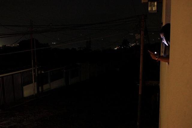 Do ảnh hưởng của khủng hoảng kinh tế, Venezuela đã giảm tiêu thụ điện toàn quốc xuống mức 14.000 megawatts trong giờ cao điểm. Hai năm trước đây, con số này là 16.000 megawatts.