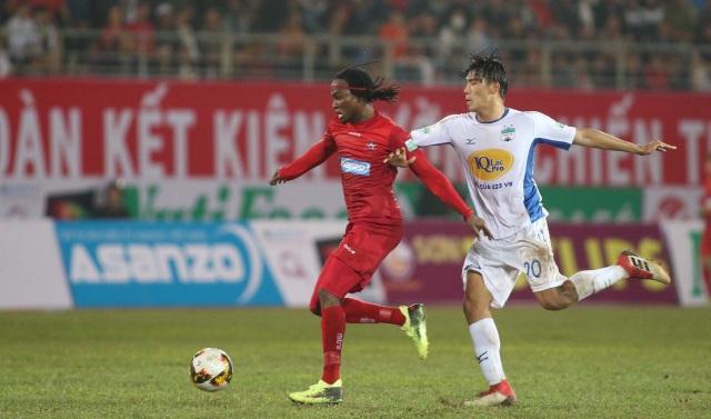 Ngoại binh Fagan lẻn xuống dưới hàng thủ HAGL, đón bóng và hạ gục thủ môn Lê Văn Trường, giành bàn thắng đầu tiên cho Hải Phòng.