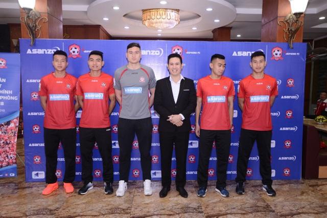 Ông Phạm Văn Tam gửi lời chúc sức khỏe tới các cầu thủ CLB Hải Phòng trong lễ xuất quân trước thềm V.League 2018