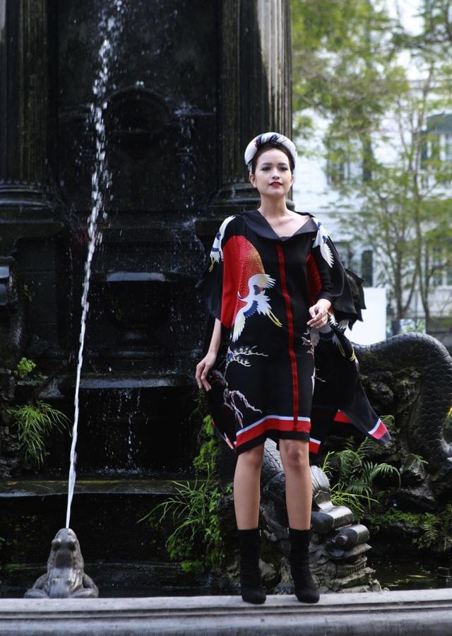 BST mang một sắc thái mới của lụa, rực rỡ, quyến rũ và nữ quyền. Trong ảnh là Quán quân Next Top Ngọc Châu.