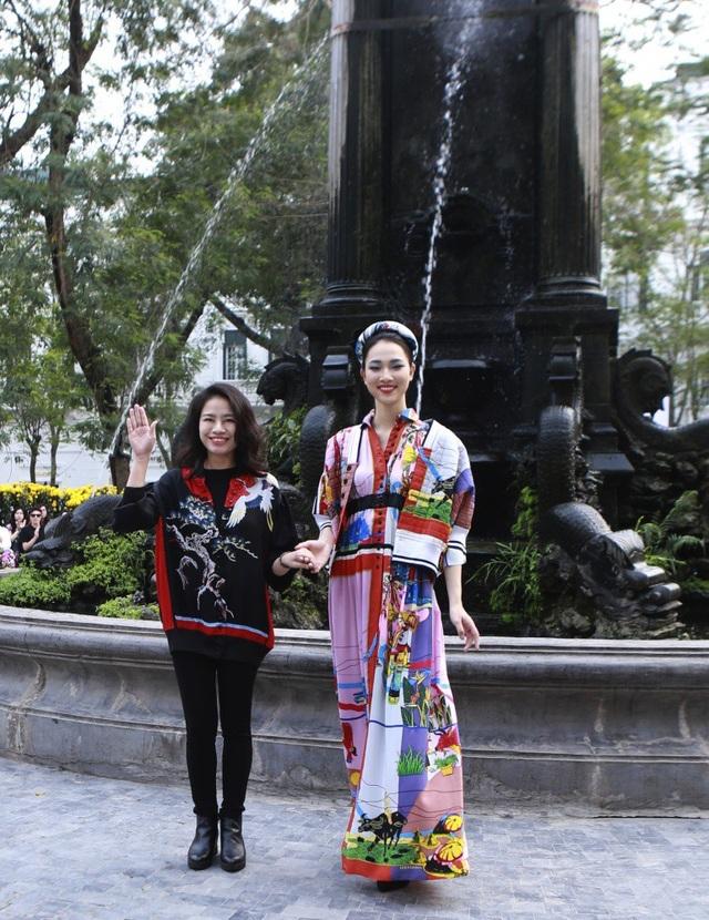 NTK Phương Thanh (bên trái) giới thiệu BST Hồn Việt tại Tuần lễ Thời trang Việt Nam - Italia.