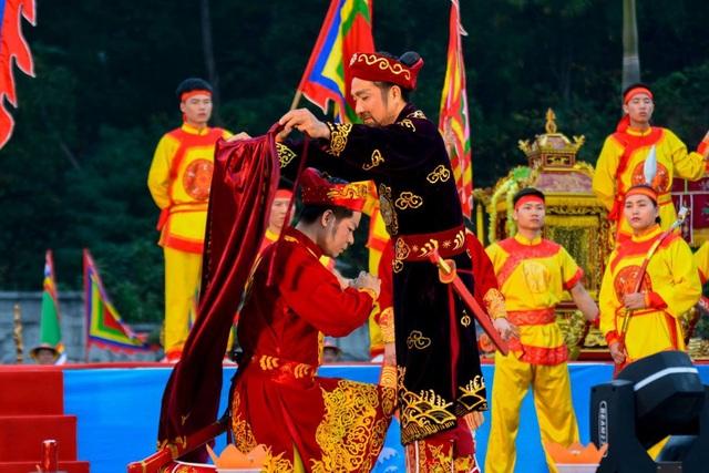 Màn diễn tái hiện lại cuộc đời và những chiến công hiển hách của Hưng Nhượng Đại Vương.