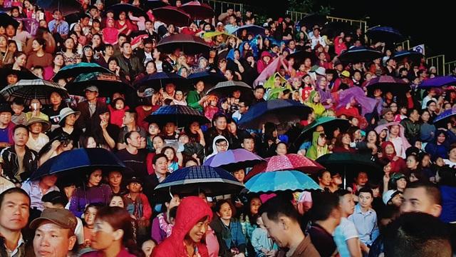 Trời mưa nhưng người dân vẫn đổ về Lễ hội. Thậm chí thời điểm mưa nặng hạt vẫn nán lại.