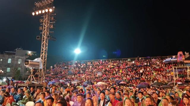 Cả đại biểu cùng người dân đều mặc áo mưa và che ô dự Lễ hội đền Cửa Ông
