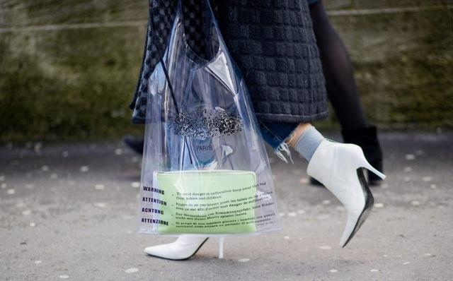 """Chiếc túi có thiết kế kỳ lạ đã được nhiều """"fashionista"""" sử dụng tại các tuần lễ thời trang diễn ra hồi đầu năm nay."""