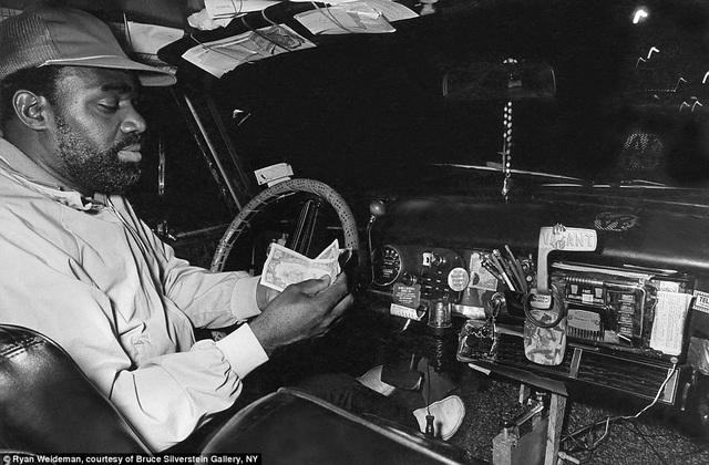 Một lái xe taxi khác đang đếm tiền bên trong xe của anh ta hồi năm 1983.