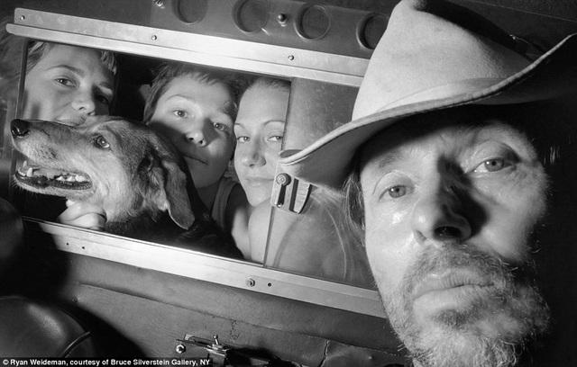 Bức ảnh chụp năm 1997, chiếc xe taxi mà Ryan lái khi đó có tấm ngăn giữa ghế tài xế và ghế hành khách.