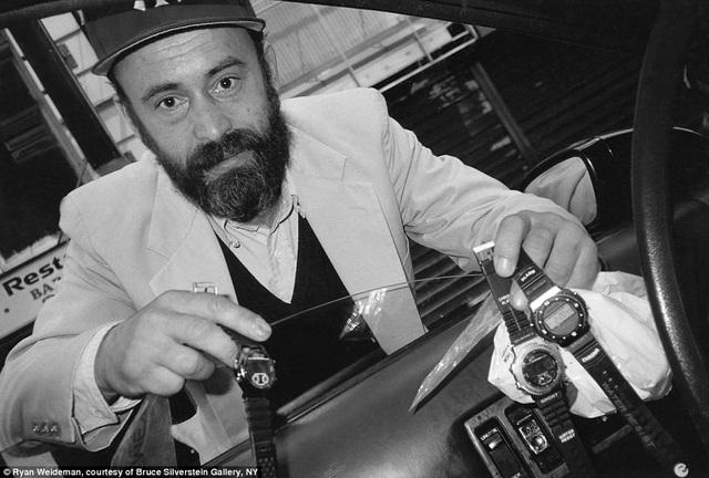 Một người đàn ông mời Ryan mua đồng hồ, ảnh chụp năm 1995.