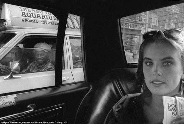 Bức ảnh chụp năm 1984 ghi lại hình ảnh một nữ hành khách xinh đẹp, lọt vào ống kính là hai người đàn ông ngồi trong một chiếc xe khác chạy ngang qua.