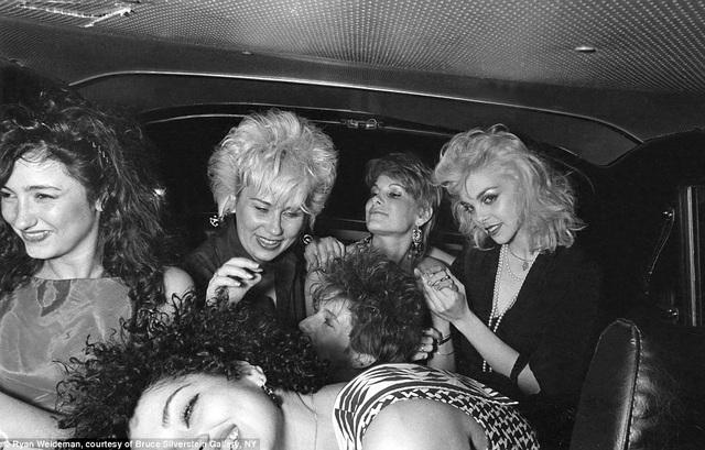 Một nhóm những phụ nữ cùng ngồi trên chuyến xe hồi năm 1982.