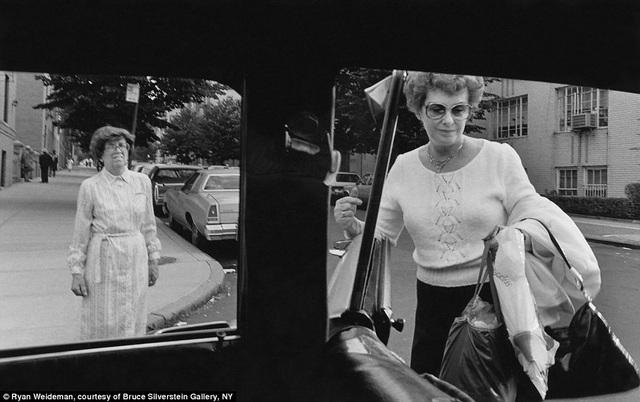Một phụ nữ đang chuẩn bị bước vào xe.