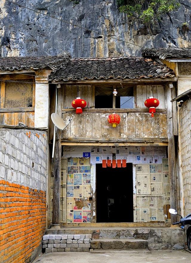 Nhìn tổng thể, khu phố cổ mang đậm dấu ấn kiến trúc của người Hoa. Ảnh: KTĐT