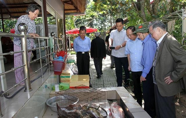 Dù đi lại khó khăn nhưng nguyên Thủ tướng Phan Văn Khải vẫn đi dạo, tham quan khu vườn.