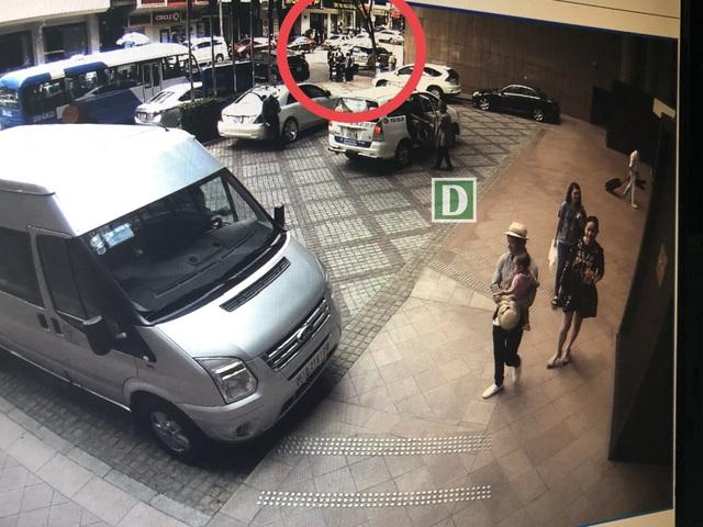 Hình ảnh 3 người đàn ông lạ mặt đứng chờ phía sau khi gia đình Phan Như Thảo từ khách sạn đi ra sau đó xảy ra xô xát