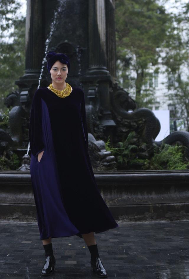 Bianco đã giới thiệu một phong cách rất Ý trên chất liệu nhung và lụa tạo nên vẻ sang trọng, tinh tế của người phụ nữ.
