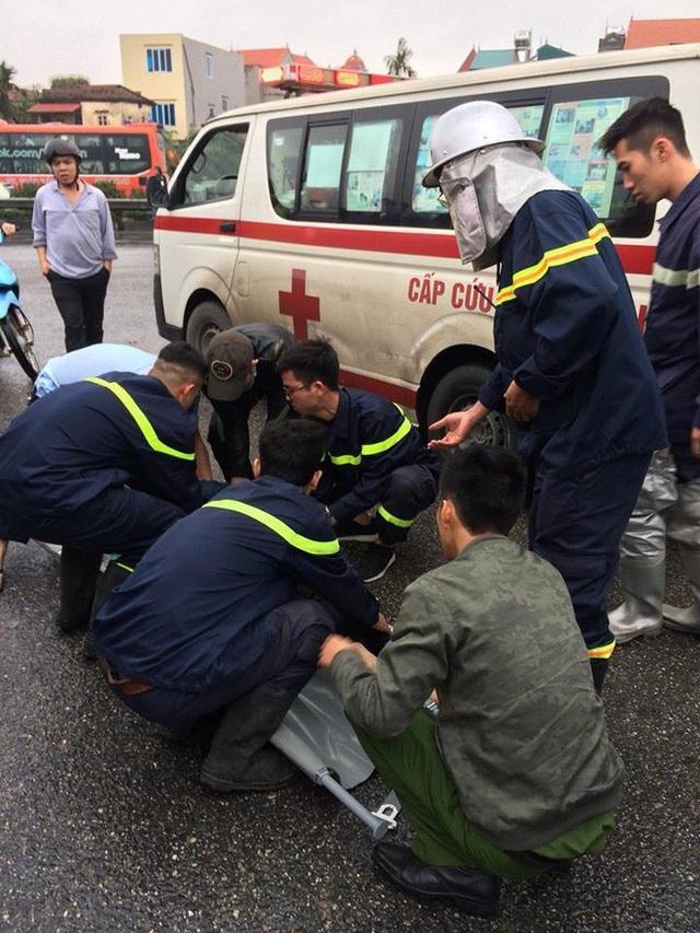 Lực lượng chức năng cấp cứu người bị nạn (Ảnh: CTV).