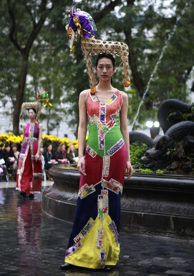 Công chúng Việt không còn xa lạ với những phá cách táo bạo, độc đáo của NTK Chu La trên sàn diễn thời trang.