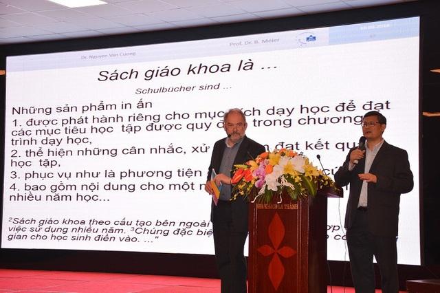 Giáo sư Bernd Meier cùng cộng sự TS Nguyễn Văn Cường đến từ nước Đức chia sẻ kinh nghiệm viết SGK.