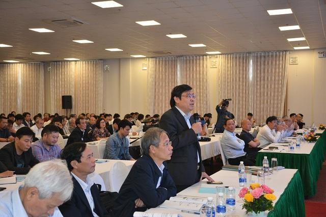 Các đại biểu tham gia thảo luận cùng với các chuyên gia về viết SGK.