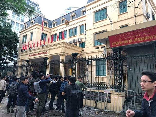 Nhiều phóng viên các báo đài đã có mặt bên ngoài trụ sở TAND TP Hà Nội từ sớm để tác nghiệp