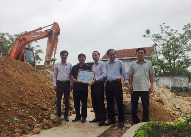 Đại diện Tổng Công ty CC1 trao số tiền 500 triệu đồng hỗ trợ xây dựng Trường THCS Quảng Châu (Ảnh: N.H)