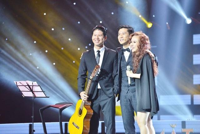 Hồ Hoài Anh lên sân khấu chia sẻ với Sa Huỳnh. Anh gửi lời xin lỗi khi không gạt cần trước ca khúc Mặt mộc.