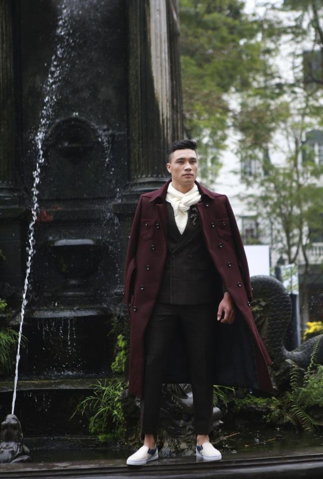 Những chiếc áo veston và áo khoác rất thanh lịch và nam tính khi phối hợp những chiếc khăn lụa mềm mại.
