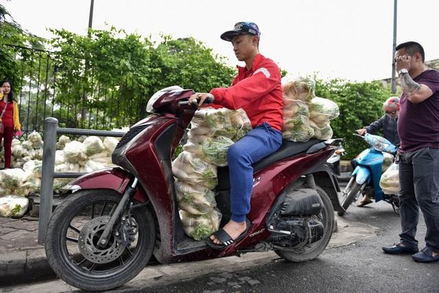 Có người không thể tới tận nơi mua củ cải, thành viên nhóm giải cứu lại phải vào vai vận chuyển.