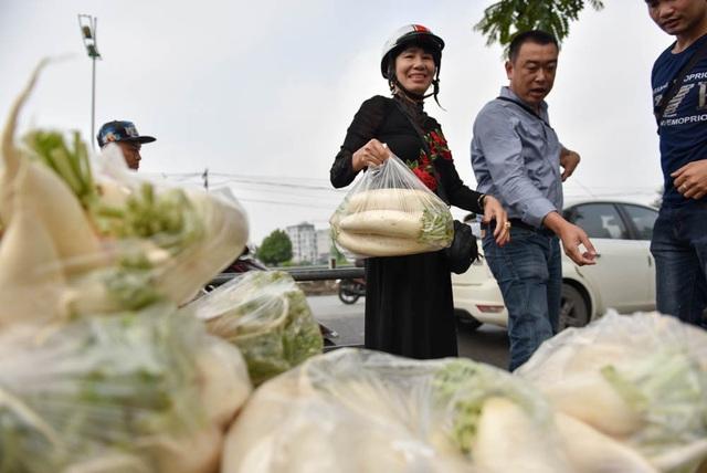 Những người tới mua củ cải đều tỏ ra vui vẻ vì vừa mua được thực phẩm ngon, vừa giúp được người nông dân lúc khó khăn.