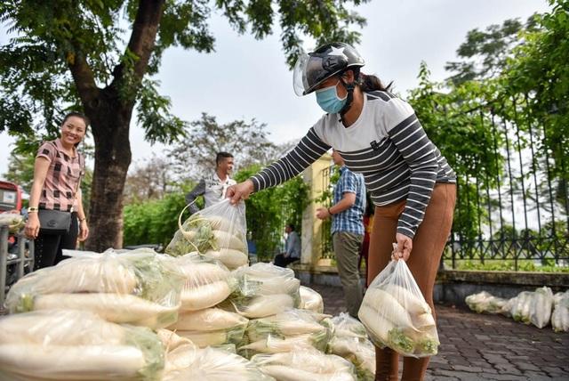 Nhiều người đi đường cũng ghé vào mua củ cải ủng hộ nông dân huyện ngoại thành.