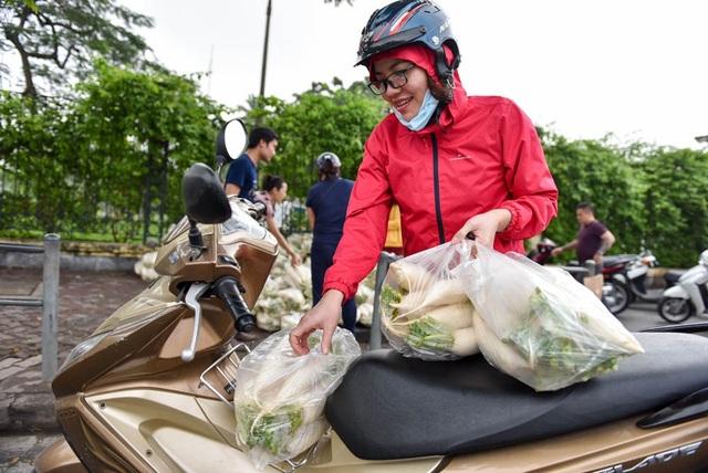 Sau khi chia sẻ trên mạng, số người đến mua củ cải ngày càng đông đông. Hôm qua 18/3, hơn 10 tấn đã được tiêu thụ, chị Thu Hiền chia sẻ.