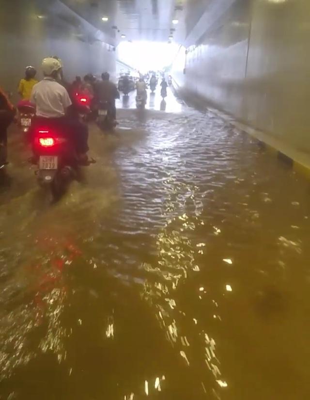 Hầm chui Điện Biên Phủ - Nguyễn Tri Phương bị ngập nước (ảnh Lê Hồng Tân)