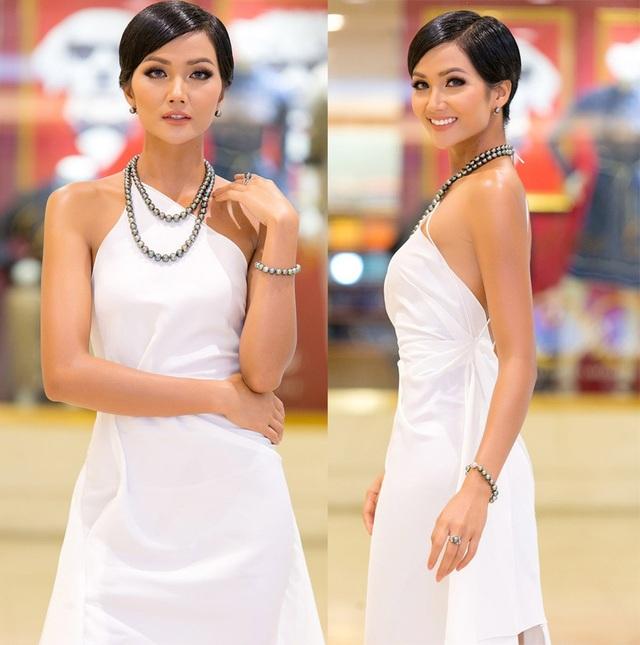 Tân Hoa hậu Hoàn vũ chọn sắc trắng trong bộ đầm cổ yếm khoe vai trần quyến rũ. Cách trang điểm nhẹ nhàng, tinh tế kết hợp cùng ngọc trai đen sang trọng khiến cô vô cùng nổi bật.