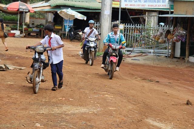 Học sinh trường THCS Quang Trung vẫn vô tư đi xe máy đến trường