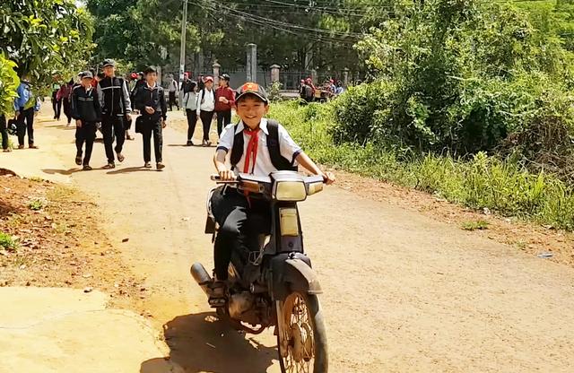 Đắk Nông: Học sinh đeo khăn quàng đỏ vô tư điều khiển xe máy tới trường - 7