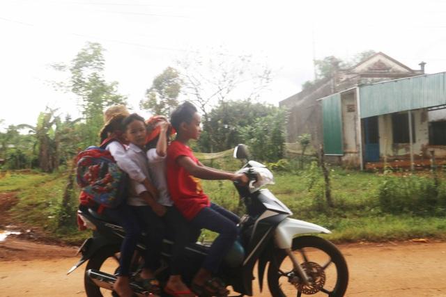 Học sinh Trường THCS Ngô Quyền (huyện Tuy Đức), chở thêm 3 học sinh khác vô tư vi phạm luật giao thông