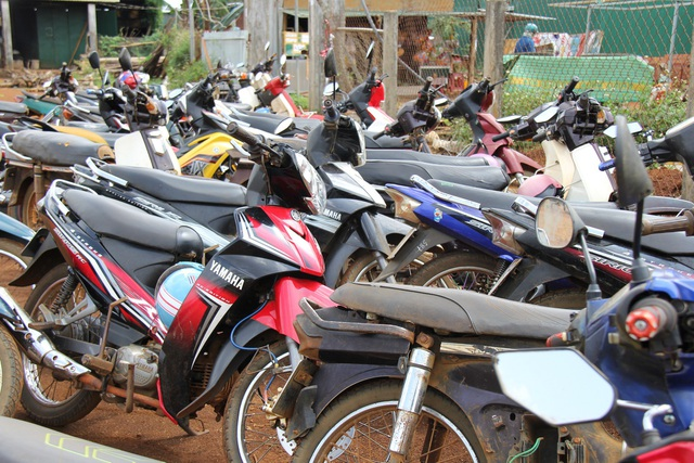 Bãi giữ xe cổng trường THCS Quang Trung phần lớn là xe máy
