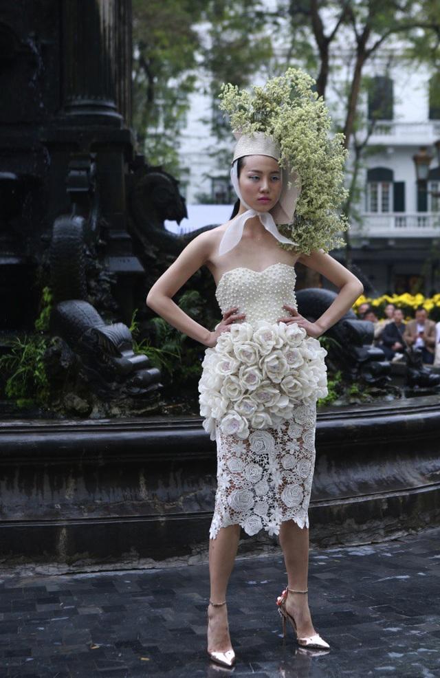Hình ảnh người phụ nữ mà NTK Hùng Việt xây dựng chính là vẻ đẹp hoàn mỹ trong sự thanh lịch.