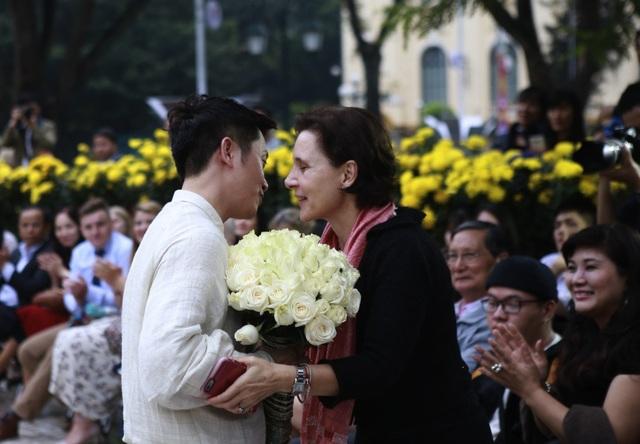 NTK Hùng Việt nhận hoa chúc mừng của Đại sứ Cecilia Piccioni. BST của anh thể hiện cách phối hợp những chất liệu tạo thành một tổng thể mang tính nghệ thuật. Đặc biệt những thiết kế mang âm hưởng Haute Couture là chất liệu lụa của Thái Nam Silk - Nha Xá.
