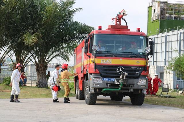 Các lực lượng phối hợp trong cuộc diễn tập chữa cháy kho xăng dầu quy mô lớn tại sân bay Tân Sơn Nhất