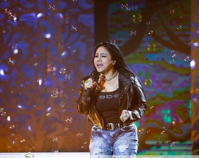 Ngọc Ánh biểu diễn Lang thang trong Sài Gòn đêm thứ 7.