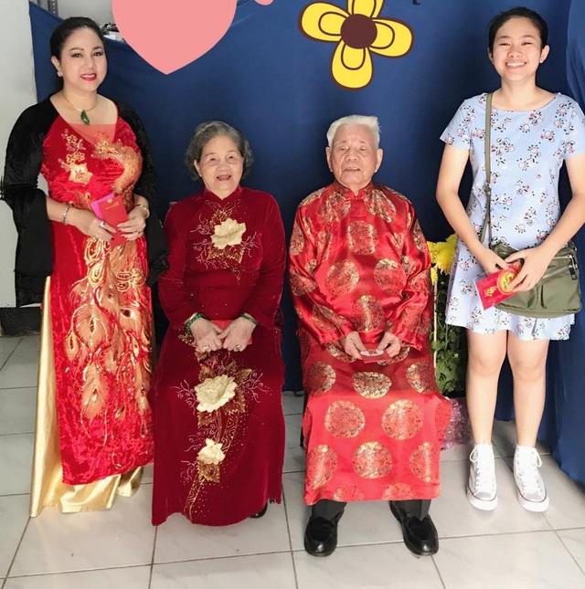 Ngọc Ánh cùng bố mẹ và con gái.