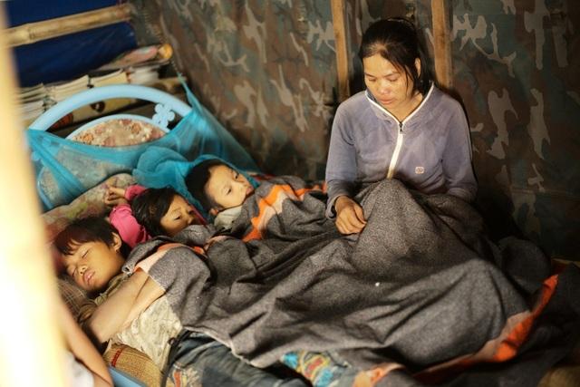 Vì quá nghèo, ba người em của Thảo đã phải bỏ học. Chị Liên – mẹ em Thảo nghẹn ngào khi nghĩ tới hoàn cảnh của gia đình mình.