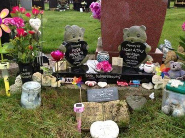 Ngôi mộ của 22 đứa trẻ đã qua đời và kỷ vật của chúng