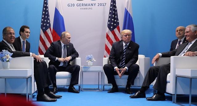Ngoại trưởng Lavrov (ngoài cùng bên trái) tháp tùng Tổng thống Putin trong cuộc gặp Tổng thống Mỹ Donald Trump tại Đức năm 2017 (Ảnh: Reuters)