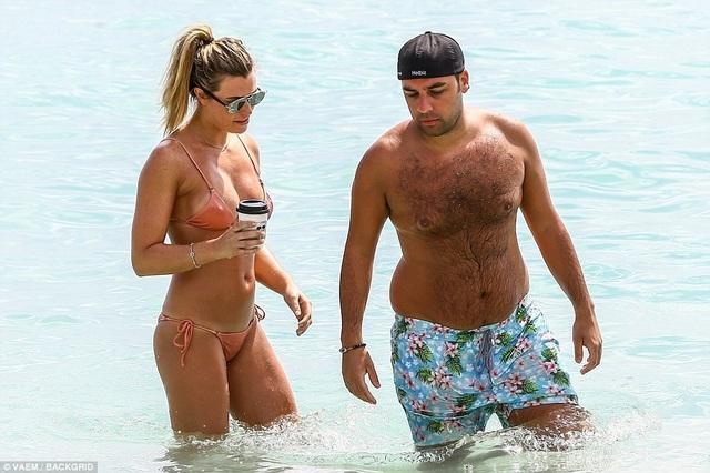 Người đẹp 27 tuổi trò chuyện với bạn trai, Salvatore Palella. Cặp đôi có nhiều cử chi thân mật, gần gũi.